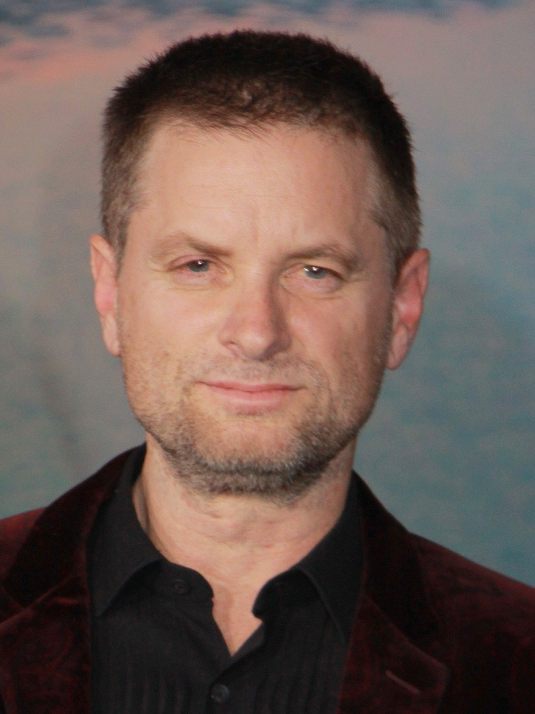 How tall is Shea Whigham?