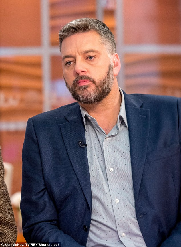 How tall is Iain Lee?