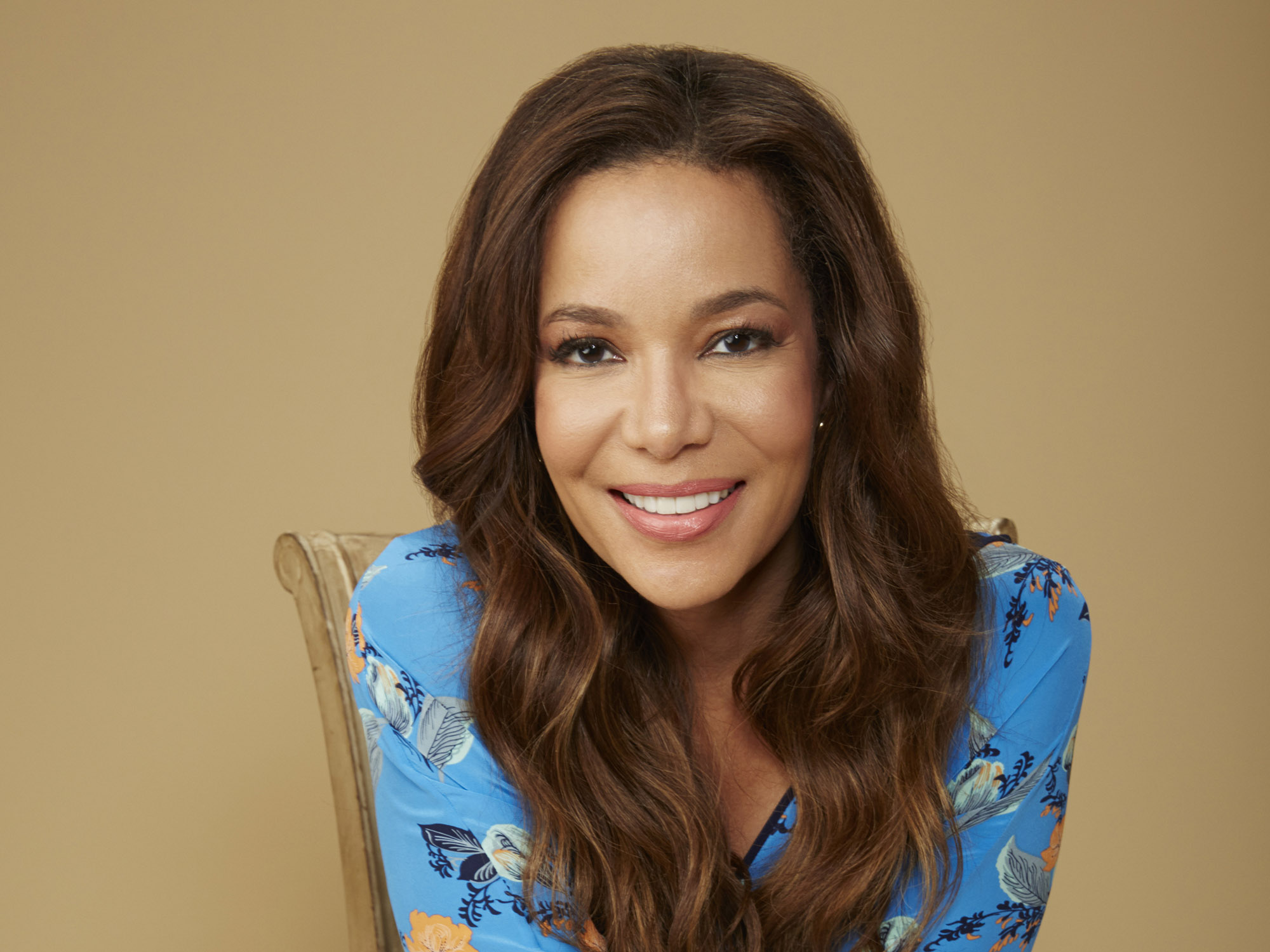 How tall is Sunny Hostin?