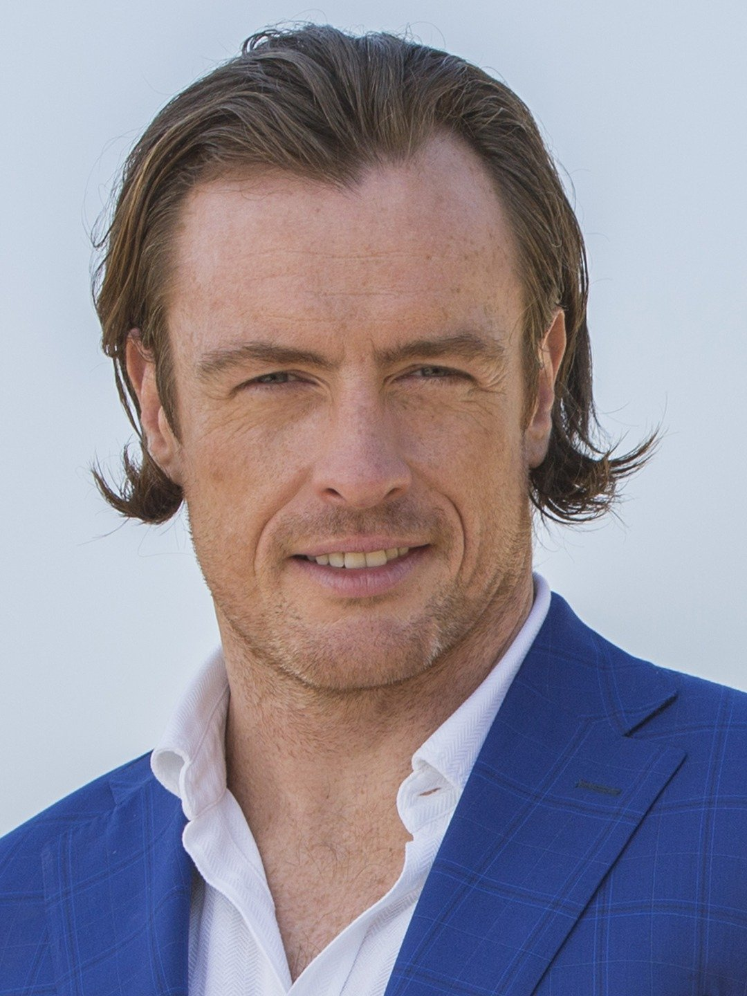How tall is Toby Stephens?
