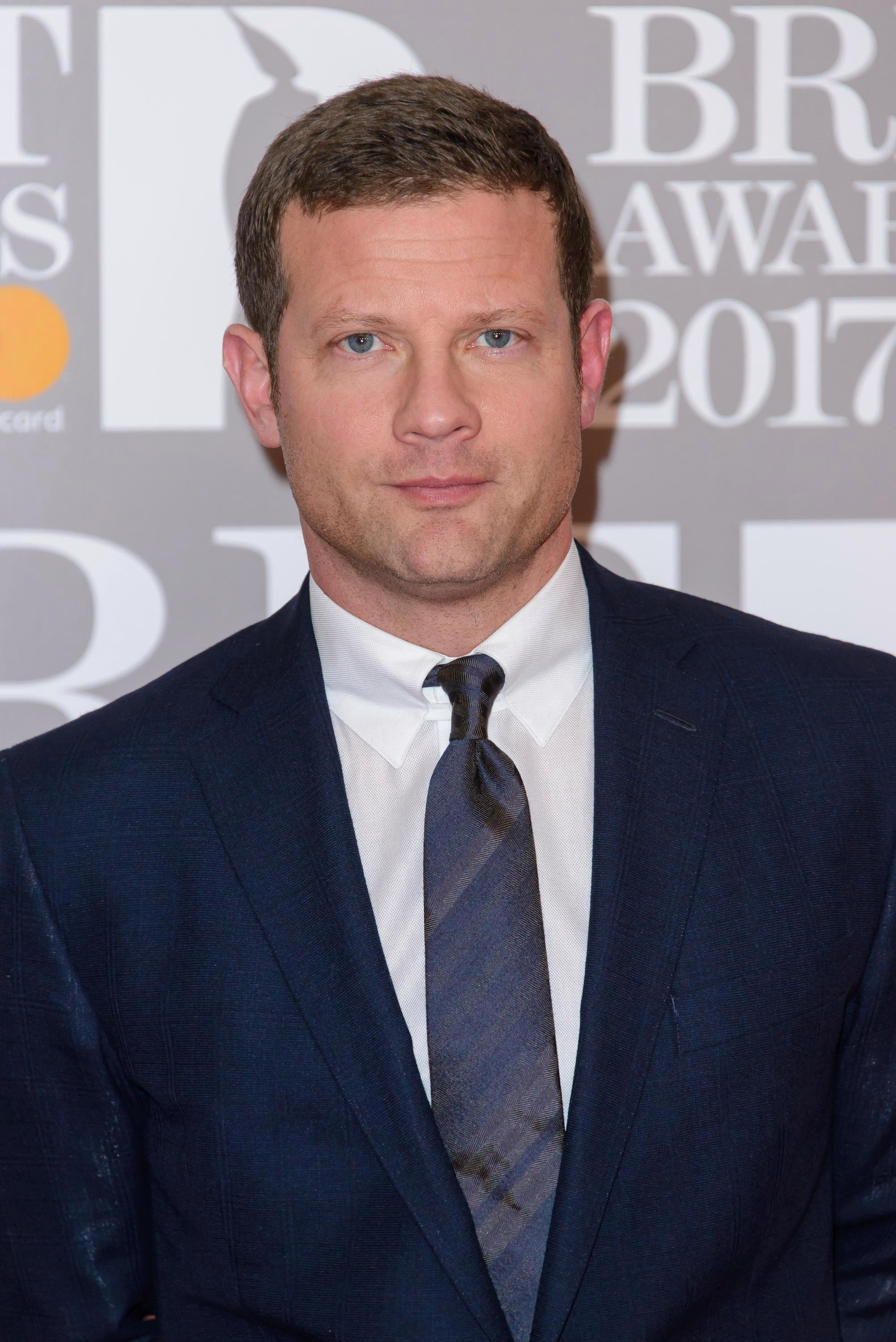 How tall is Dermot O'Leary?