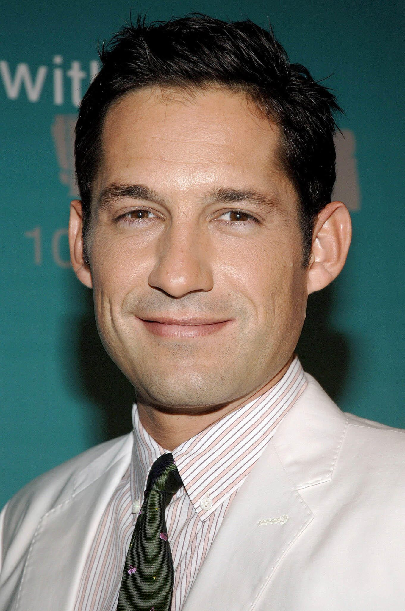 How tall is Enrique Murciano?