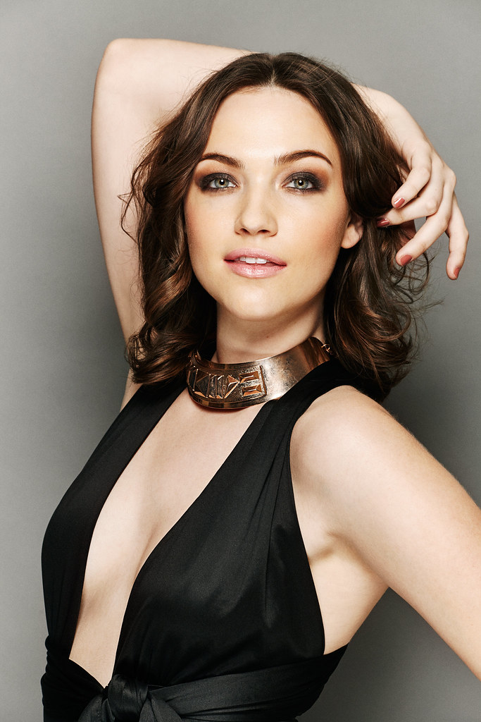 How tall is Violett Beane?