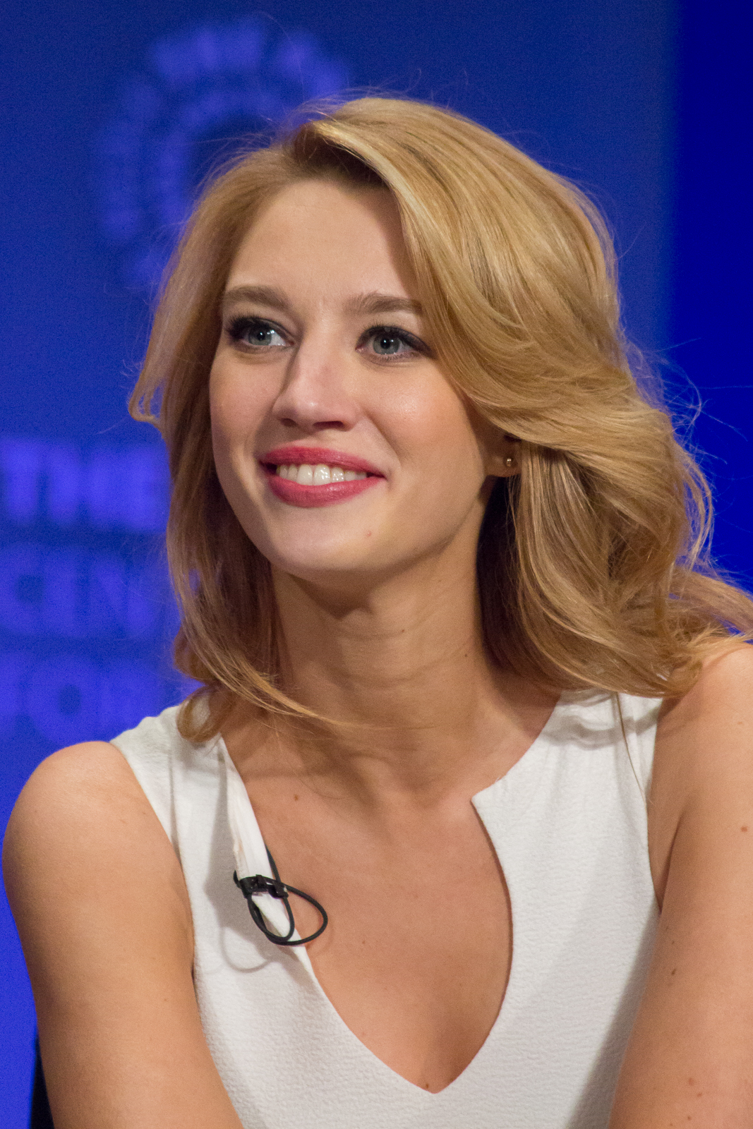 How tall is Yael Grobglas?