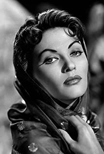 How tall is Yvonne De Carlo?