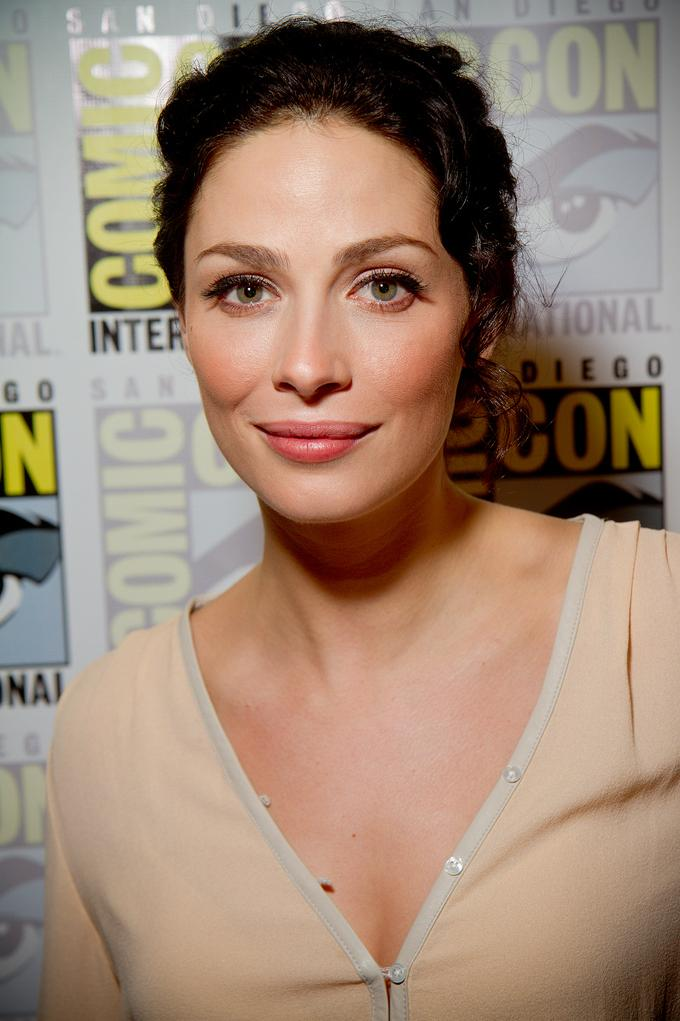 How tall is Joanne Kelly?