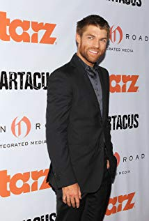 How tall is Liam McIntyre?