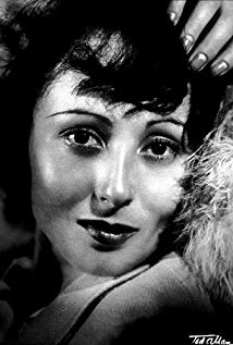 How tall is Luise Rainer?