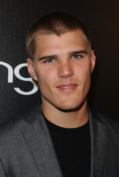 How tall is Chris Zylka?