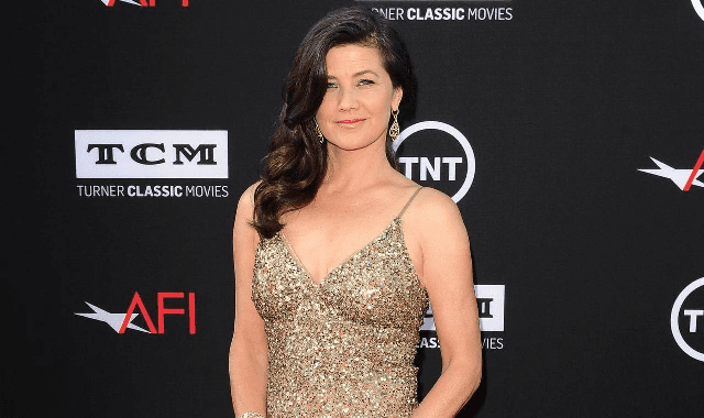 How tall is Daphne Zuniga?