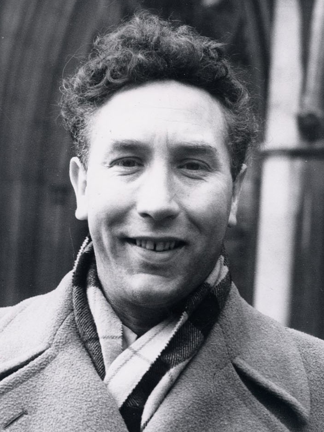 How tall is Frankie Howerd?