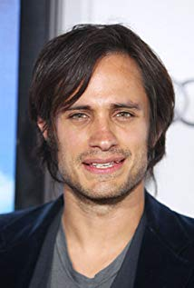 How tall is Gael Garcia Bernal?