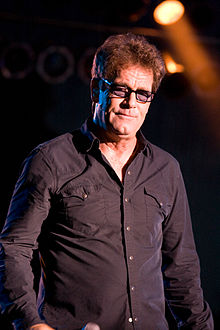 How tall is Huey Lewis?