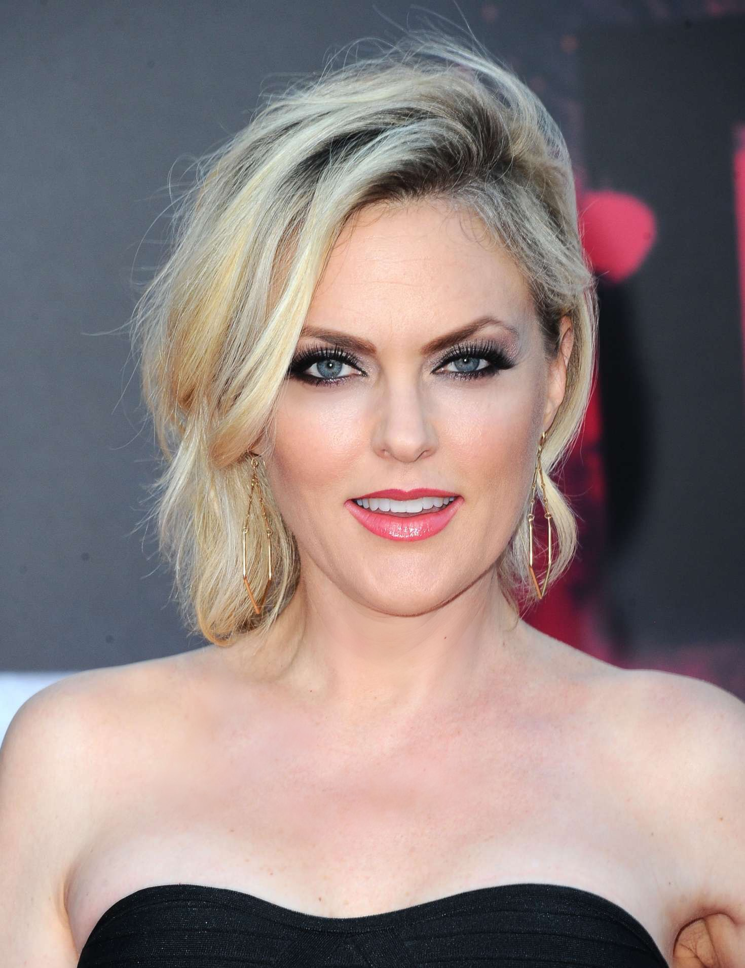 How tall is Elaine Hendrix?