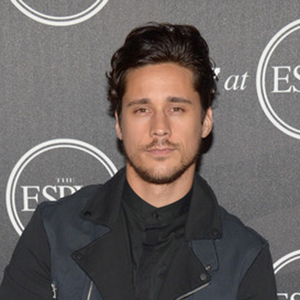 How tall is Peter Gadiot?
