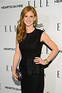 How tall is Sarah Rafferty?