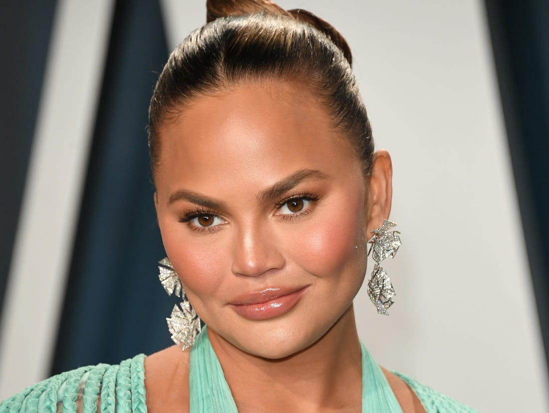 How tall is Chrissy Teigen?