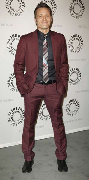How tall is Seamus Dever?